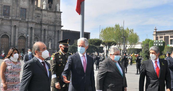 ENCABEZA ALFREDO DEL MAZO CEREMONIA CONMEMORATIVA AL DÍA DE LA BANDERA