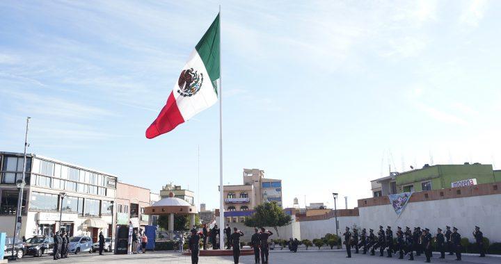 El gobierno municipal de Huixquilucan conmemoró el Día de la Bandera, símbolo de unidad, esperanza y lucha por un mejor futuro. El primer regidor, Diego Iván Rosas Anaya, encabezó la celebración que recuerda el orgullo de haber nacido en México.